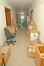 Zawalony korytarz wnowym biurze